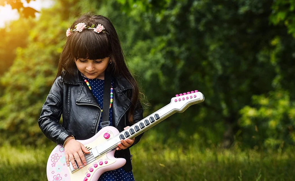 How to choose the right guitar size for your kid